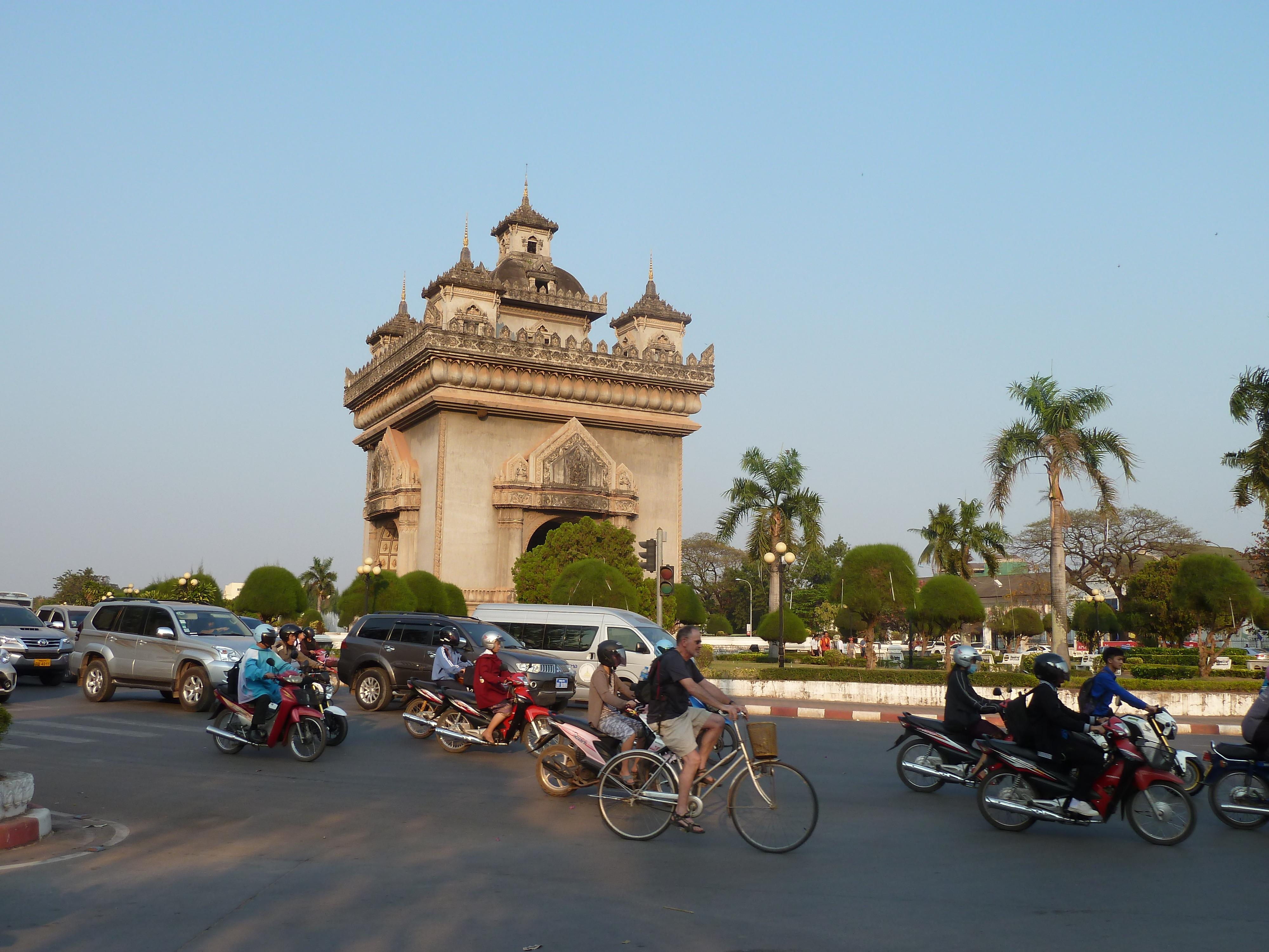 Patuxai Siegestour in Vientiane - Straßenverkehr